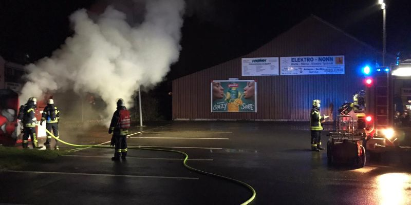 Altkleider-Container in Rühler Straße in Vollbrand